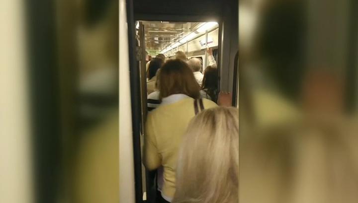 Из поездов, застрявших в тоннеле метро, вывели пассажиров
