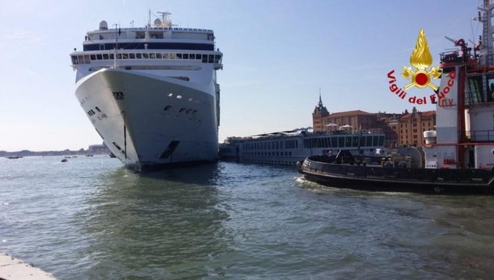 Круизный лайнер протаранил прогулочное туристическое судно в Венеции. Видео