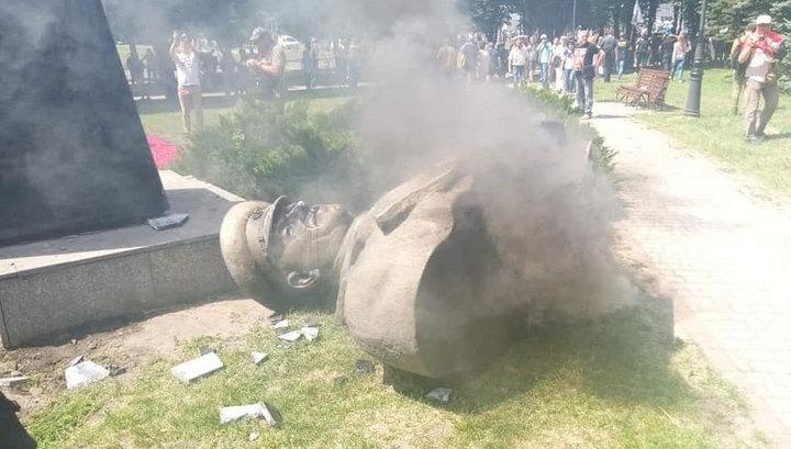 В Харькове снесли бюст маршала Жукова