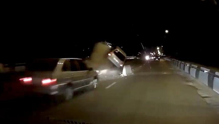 Ремонт моста: в Воронеже легковушка наехала на груду бетона и перевернулась