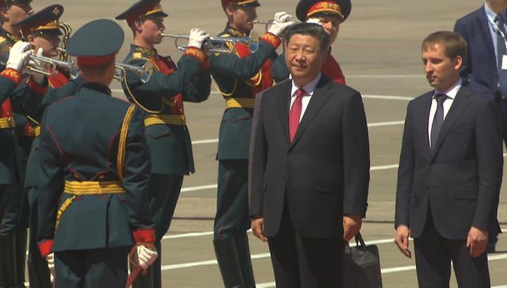 Самолет председателя КНР приземлился в Москве