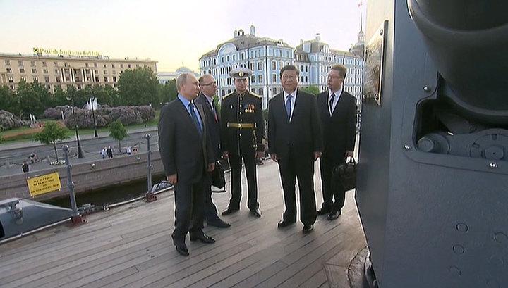 """Лидеры России и Китая посетили """"Аврору"""" и Эрмитаж"""