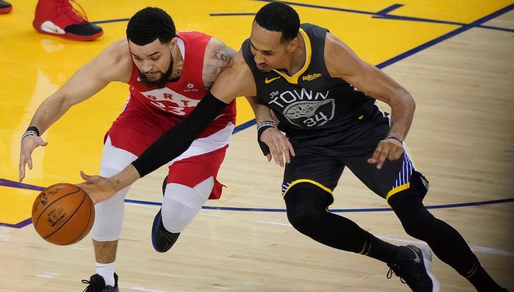 """""""Голден Стэйт"""" победил в Торонто и не позволил """"динозаврам"""" стать чемпионами НБА"""