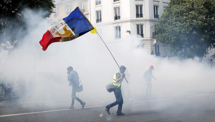 """Французская полиция применила против """"жилетов"""" водометы и газ"""