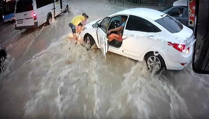 Севастопольцы чудом спасли унесенного потоком ребенка. Видео