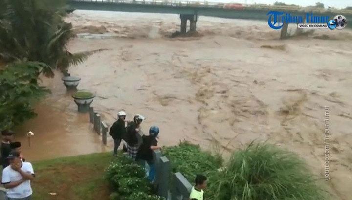 В Индонезии десятки тысяч людей эвакуированы из-за наводнений и оползней