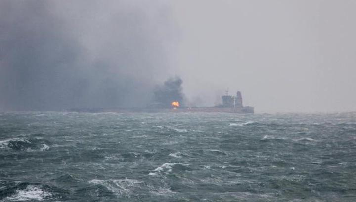 В Оманском заливе торпедированы два танкера
