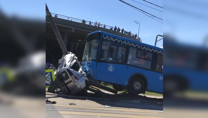 Вмял легковушку в столб: появилось видео момента аварии с московским автобусом