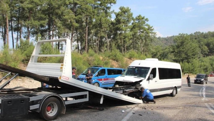 В Анталье микроавтобус с россиянами столкнулся со встречной машиной