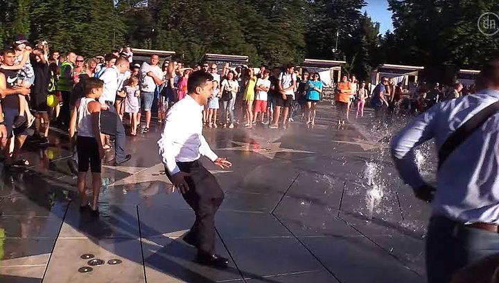 Зеленский искупался в фонтане вместе с охраной и жителями Мариуполя