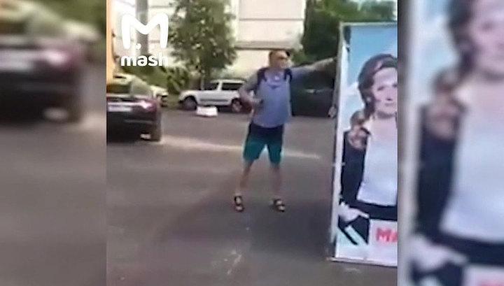 """У станции метро """"Крылатское"""" в Москве задержали мужчину, угрожавшего ножом волонтерам"""