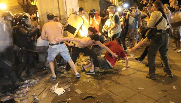 Противостояние в Тбилиси перешло в открытую фазу