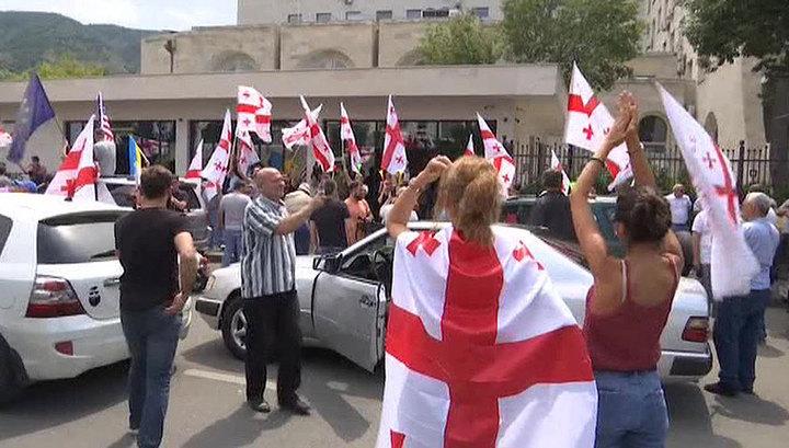 Потери отельеров, протесты оппозиции и неприкрытая русофобия: о ситуации в Грузии