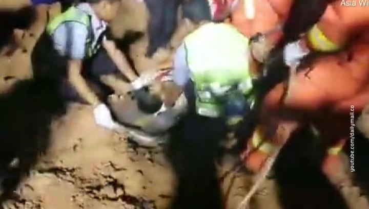 В КНР водитель упал со скалы высотой 150 метров и выжил