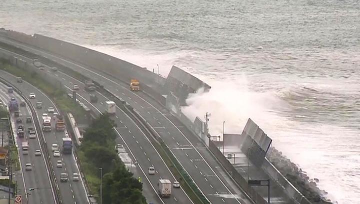 Из-за тайфуна в Японии эвакуируют более 100 тысяч человек