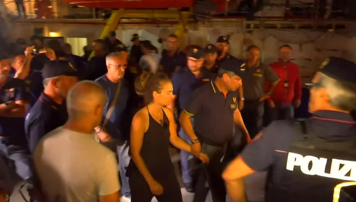 В Италии арестовали женщину-капитана, которая переправляла мигрантов из Африки