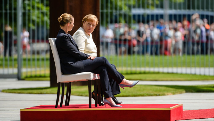 Из-за дрожи Меркель разрешили слушать гимн сидя