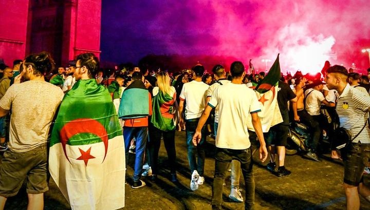 Алжирские футбольные фанаты громят центр Парижа