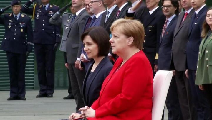 Меркель во второй раз прослушала гимн сидя