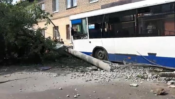 В Уфе автобус с пассажирами повалил столб и дерево