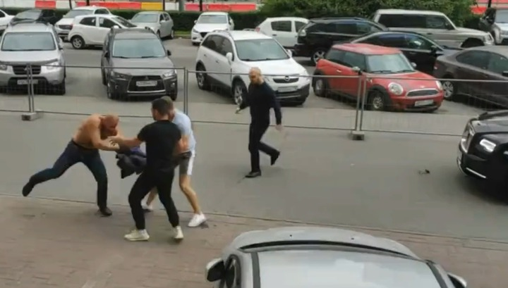 Трое мужчин из Rolls-Royce напали на петербуржца, мешавшего им кататься по тротуару