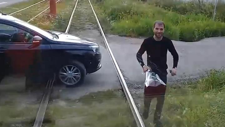 Перегородил трамваю дорогу и подарил цветы: необычное проявление романтики попало на видео