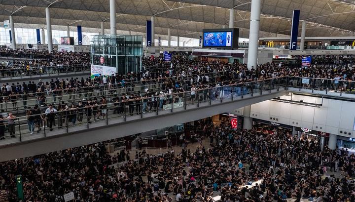 Все рейсы отменены: аэропорт Гонконга заблокирован демонстрантами