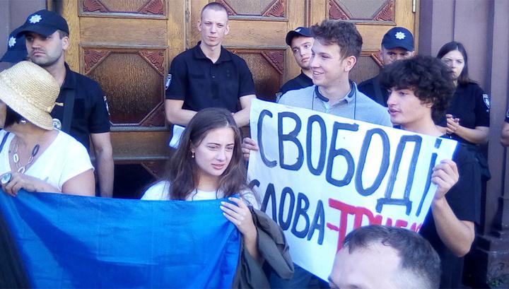 Дети Порошенко пришли с плакатами, чтобы поддержать его на допросе