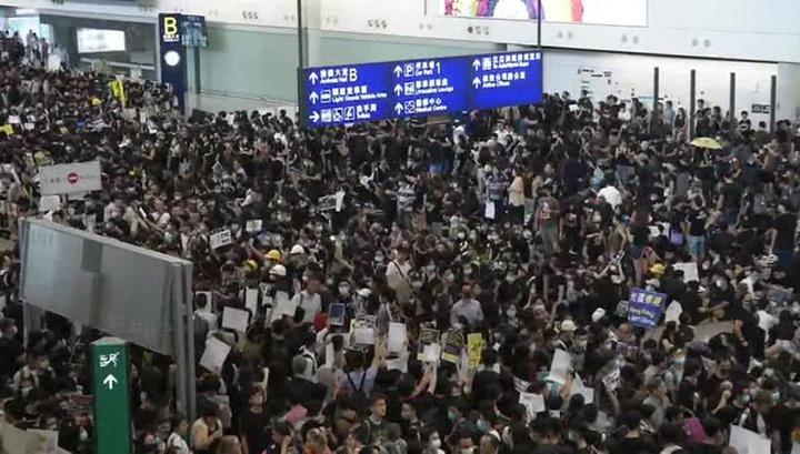 Протесты в аэропорту Гонконга: вылеты возобновились, но митингующие не уходят