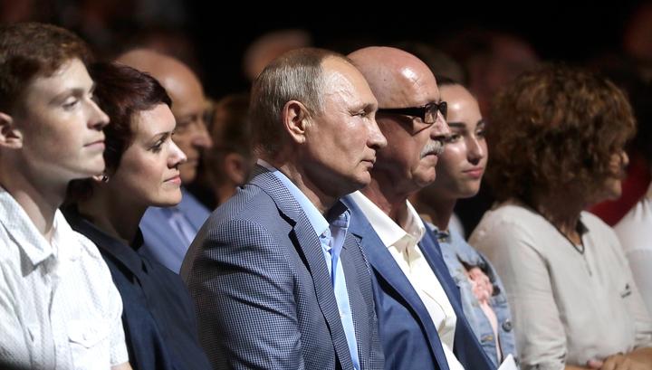 """Владимир Путин посетил балет """"Спартак"""" и пообщался с юными балеринами"""