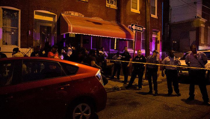 В Филадельфии из дома со стрелком смогли выбраться два полицейских