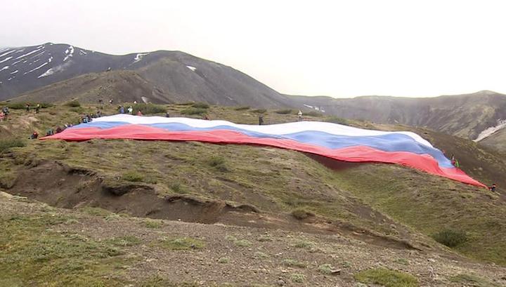На склоне Авачинского вулкана развернули гигантский российский триколор