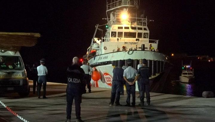 Мигранты с корабля Open Arms высадились на острове Лампедуза