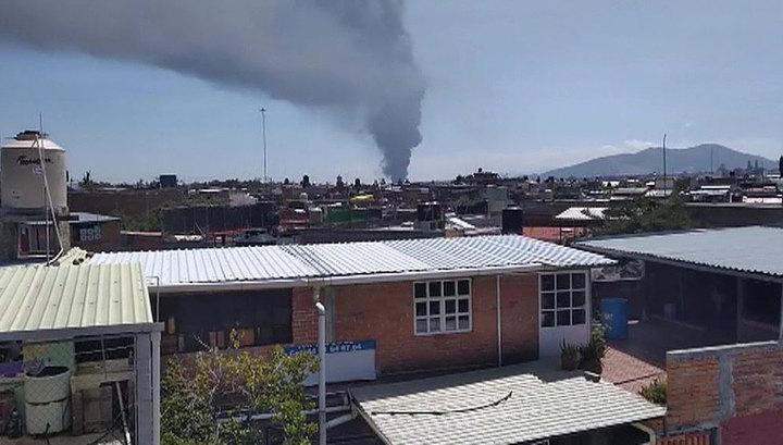 В Мексике горит завод по производству пластмассы. Видео