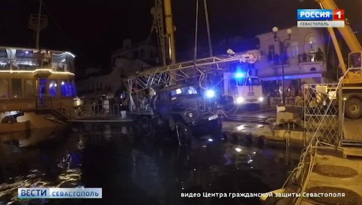 """В Балаклаве подняли упавший в море """"ЗИЛ"""" с буровой установкой"""