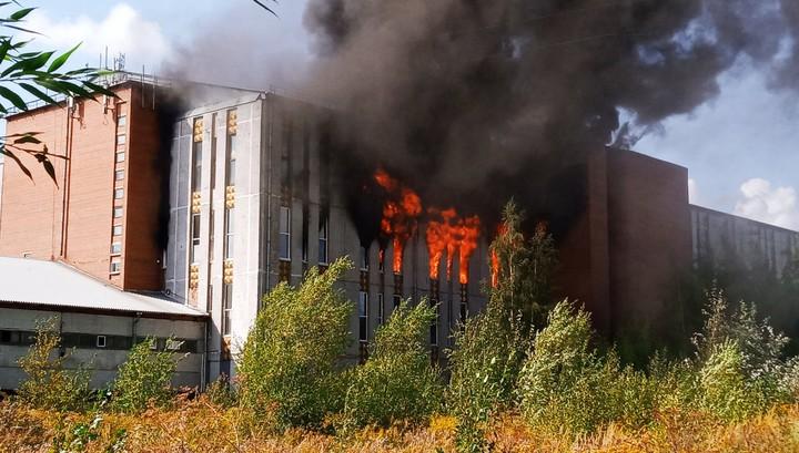 Свечной завод в Петербурге обрушился во время сильного пожара