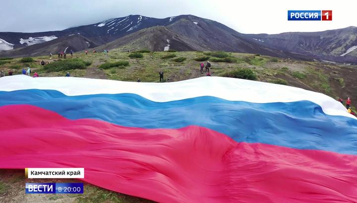 350 лет главному символу страны. Как в России отмечают День флага