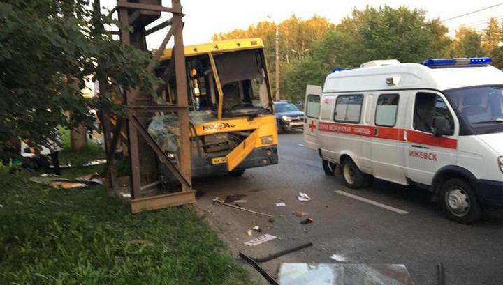В Ижевске автобус с пассажирами влетел в опору трубопровода