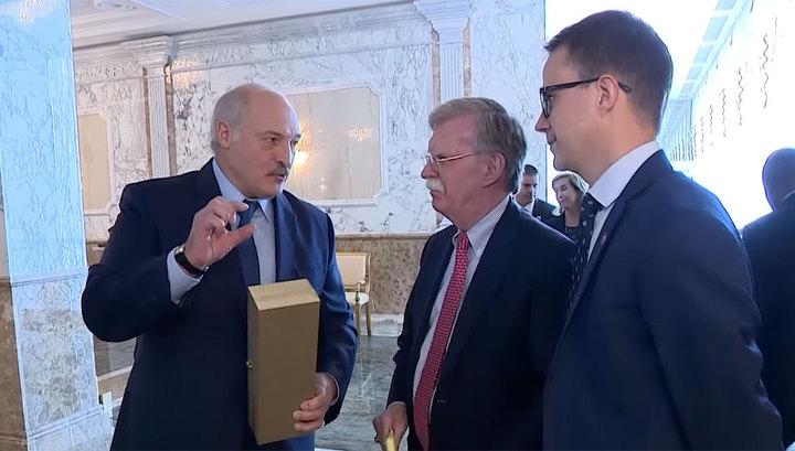 """""""Рюмочку можете выпить"""": Лукашенко подарил Болтону эксклюзивную водку"""