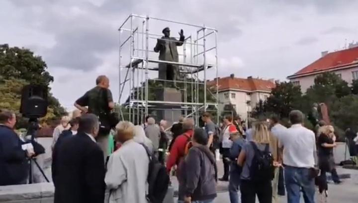 В Праге прошел митинг против демонтажа и закрытия брезентом памятника Коневу
