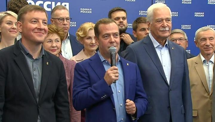 """Медведев доволен тем, что """"Единая Россия"""" остается лидером"""