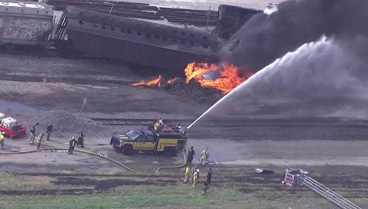 В США поезд сошел с рельсов и загорелся, в огне почти 15 километров железной дороги