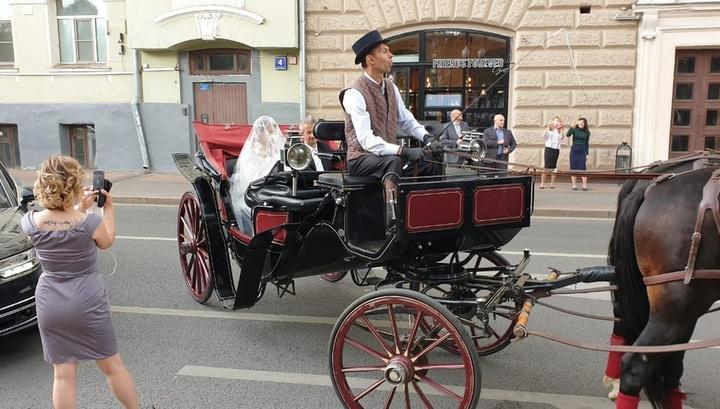 Собчак с Богомоловым бросили катафалк и приехали на венчание в карете