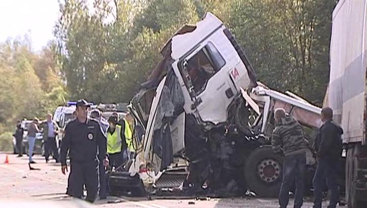 ДТП под Ярославлем: обломки грузовика и автобуса раскидало на многие метры