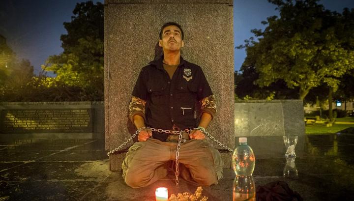В Праге активист приковал себя цепью к пьедесталу памятника Коневу
