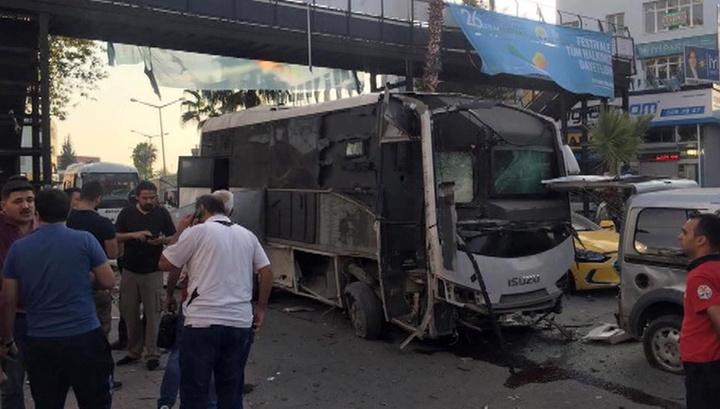 В Турции подорвали полицейский автобус