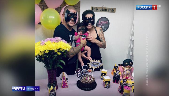 Шестимесячного ребенка с маской Бэтмена на лице везут из Америки в Краснодар на лечение
