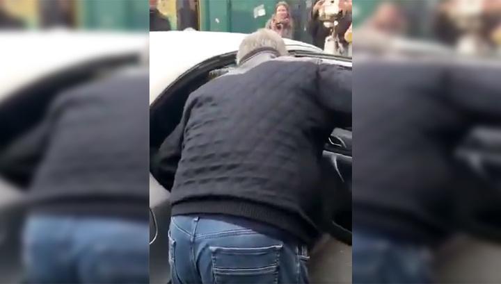 Пришлось идти пешком. Таксист отказался везти Порошенко