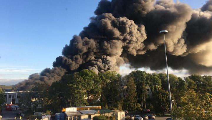 Мощный взрыв прогремел на заводе рядом с аэропортом на севере Австрии