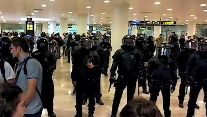 Полиция применила силу против протестующих, заблокировавших аэропорт Барселоны. Видео
